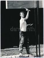 cca 1975 Magyar Alfréd fotóművész feliratozott vintage fotóművészeti alkotása (Festő), 24x18 cm