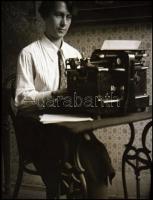 cca 1932 Kinszki Imre (1901-1945) budapesti fotóművész hagyatékából vintage NEGATÍV (gépíró a hivatalban), 8x6 cm