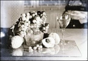cca 1932 Kinszki Imre (1901-1945) budapesti fotóművész hagyatékából vintage NEGATÍV (gyümölcsös csendélet kompozíció), 6x8,5 cm