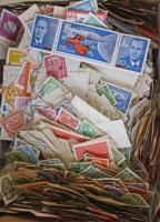 Sok száz darab német bélyeg ömlesztve dobozban, változatos anyag
