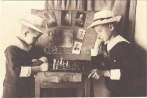 1919 Sakkozó gyerekek / Children playing chess. photo (fl)