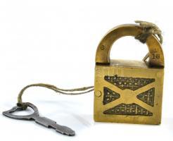 Antik réz lakat hajóbőröndhöz kulccsal. 6 cm