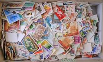 Néhány ezer darab vegyes külföldi bélyeg ömlesztve cipős dobozban