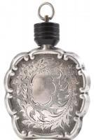 Ezüst (Ag) parfümös flakon, kézzel cizellált, jelzett, korának megfelelő szép állapotban. m: 6cm, nettósúly: 18,46 g.