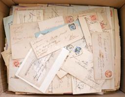 Kb 1900 db régi és modern magyar küldemény klasszikusokkal nagy kartondobozban. Benne képeslapok, díjjegyesek, expressz küldemények stb, mindenképp érdemes megnézni!