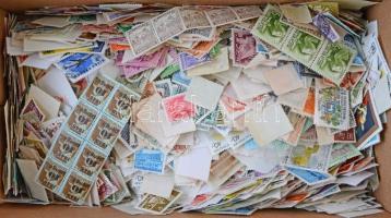 Több ezer darab magyar áztatott bélyeg az 1900-2000 közötti időszakból, cipős dobozban