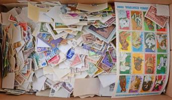 Vegyes külföldi áztatott bélyeg a világ minden tájáról motívumokkal, cipős dobozban ömlesztve