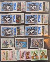 Külföldi festmény kiadások a 60-as évekből, a francia bélyegek több példányban, a többi európai kiadások és Japán általában 1 példányban, hozzá magyar sorok és blokkok a 60-as évekből, svéd rendszerű gyűrűs berakó 22 lapján
