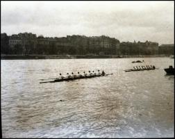 cca 1934 Kinszki Imre (1901-1945) budapesti fotóművész hagyatékából vintage NEGATÍV (evezősök a Dunán), 6x8 cm
