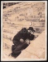 cca 1934 Kinszki Imre (1901-1945) budapesti fotóművész hagyatékából jelzés nélküli vintage fotó (alvó ember a Duna part lépcsőjén), 5,5x4,3 cm
