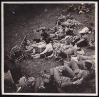 cca 1936 Kinszki Imre (1901-1945) budapesti fotóművész hagyatékából jelzés nélküli vintage fotó (turisták pihenője), 5,6x5,8 cm