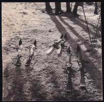 cca 1932 Kinszki Imre (1901-1945) budapesti fotóművész hagyatékából jelzés nélküli vintage fotó (sílécek), 5,4x5,4 cm