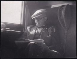 1937 Kinszki Imre (1901-1945) budapesti fotóművész hagyatékából jelzés nélküli vintage fotó (vonaton), 4,2x5,5 cm