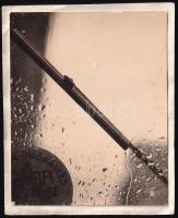 1935 Kinszki Imre (1901-1945) budapesti fotóművész hagyatékából jelzés nélküli vintage fotó (esős nap), 4,5x5,5 cm