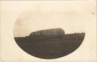 Megfigyelő ballon (sárkányballon) katonákkal / K.u.K. (Austro-Hungarian) military observation balloon (Drachenballon). photo