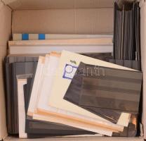 Bélyeggyűjtési kellék tétel, benne berakólapok, előnyomott albumlapok, különféle méretű stecklapok stb egy nagyméretű dobozban.