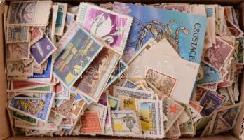 Kb 900 gr vegyes külföldi bélyeg + pár db blokk ömlesztve, dobozban