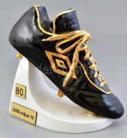 Hollóházi foci cipő. Tóth II. József az Aranycsapat játékos 80. születésnapjára készült és adott darab. Kézzel festett,jelzett, hibátlan. m: 18 cm