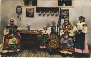 Torockói népviselet, erdélyi folklór. Vasúti levelezőlapárusítás / Transylvanian folklore from Rimetea (gyűrődések / creases)