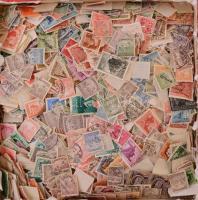 Kb 2500 db magyar bélyeg ömlesztve dobozban, közte régebbi értékek is