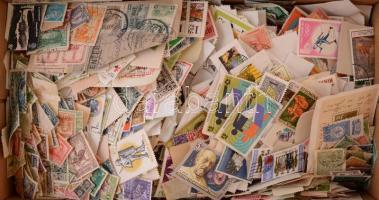 Több mint 5000 darab vegyes külföldi bélyeg ömlesztve cipős dobozban