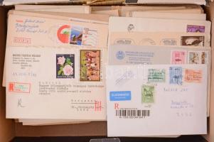 Sok száz darab magyar küldemény cipős dobozban, benne rengeteg díjjegyes, egy részük használatlan