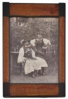 cca 1920-1940 Fiatal pár magyar népviseletben, fotó, üvegezett fa képkeretben, a kereten kis kopásnyomokkal, külső méret: 20,5x13 cm, látható méret: 14,5x10 cm