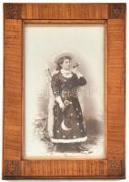 cca 1890-1910 Hölgy jelmezben, vadászkürttel, keményhátú fotó, intarziás díszítésű, üvegezett fa képkeretben, a kereten kisebb karcolásokkal, külső méret: 15,5x23,5 cm, látható méret: 18x10 cm