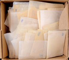 Kb. 900 db vegyes méretű pergamen tasak, dobozban ömlesztve