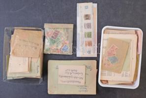 1945 előtti és utáni bélyegek ömlesztve tasakokban, dobozban