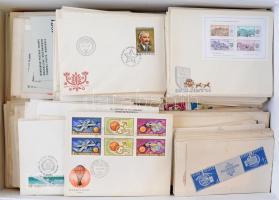 Több száz db magyar FDC főleg az 1960-as és 1980-as évekből, javarészt futottak, közte bélyegzés nélküli FDC-k is, dobozban