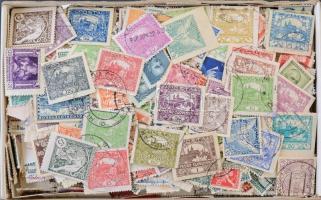 Csehszlovákia kb. 1.500 db bélyeg az 1910-1970 közötti időszakból, dobozban ömlesztve