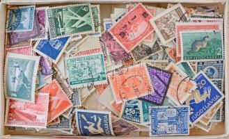 Jugoszlávia kb. 700 db bélyeg, közte motívumok, dobozban ömlesztve