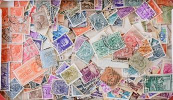 Olaszország 1.700 db bélyeg az 1920-1970 közötti időszakból, dobozban ömlesztve