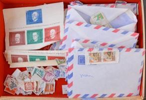 Ömlesztett vegyes külföldi bélyegek borítékokban országokra válogatva, dobozban