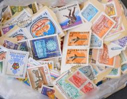 Több, mint 700 db áztatni való képes magyar bélyeg az 1970-es évekből