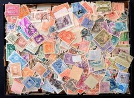 Kb. 2.300 db Dél-amerikai bélyeg, dobozban ömlesztve