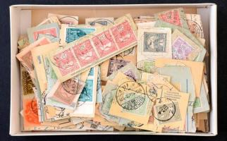 458 db Turul bélyeg kivágásokon, dobozban ömlesztve