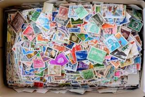 Kb. 12.300 db modern külföldi bélyeg, sok egzotikus országgal, ömlesztve dobozban