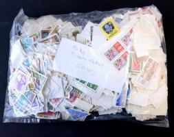 Kb fél kg áztatott magyar bélyeg ömlesztve