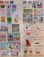 Hagyaték: postatiszta motívum sorok és blokkok az egész világból sok festmény, állat, virág, sport stb. motívummal 7 db nagy vagy A/4 berakóban. Jó minőségű, legalább 20 éve érintetlen terjedelmes, érdekes anyag!!! Érdemes megnézni!!!