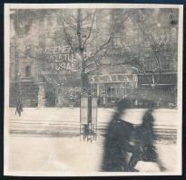 cca 1935 Kinszki Imre (1901-1945) budapesti fotóművész hagyatékából jelzés nélküli vintage fotó (havazás Bp-en), 5,7x5,8 cm