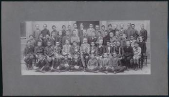1910 Iskolai csoportkép, hátoldalán felsorolva, kik szerepelnek a képen, 9x22 cm, karton 16x28 cm