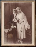 1919 Szigeti fényképész műtermében készült, feliratozott vintage fotó, Wachtler Lajos és Schenk Erzsébet házasságkötése alkalmából, kasírozva, 22x17 cm