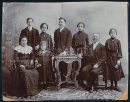 1903 Családi fotó feliratozva, a kasírozott kép sarkai hibásak, 17,5x22,5 cm