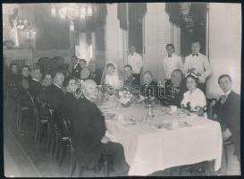 cca 1935 Esküvői vacsora, a vőlegénynek az apja és az apósa is katonatiszt sok kitüntetéssel, jelzés nélküli vintage fotó, 16,9x23 cm