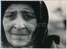 cca 1976 Illés Erzsébet: Cigány asszony, feliratozott vintage fotóművészeti alkotás, 17,2x24 cm