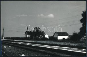 cca 1985 Balogh Julianna: Tanya a vasút mentén, feliratozott vintage fotóművészeti alkotás, 15,4x24 cm
