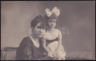 1918 Pöstyén (Szlovákia), anya gyermekével, feliratozott vintage fotó, 8,5x13,5 cm