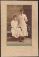 1917 Vintage műtermi fotó aláírva, datálva, 19x12 cm, karton 27,7x18,5 cm